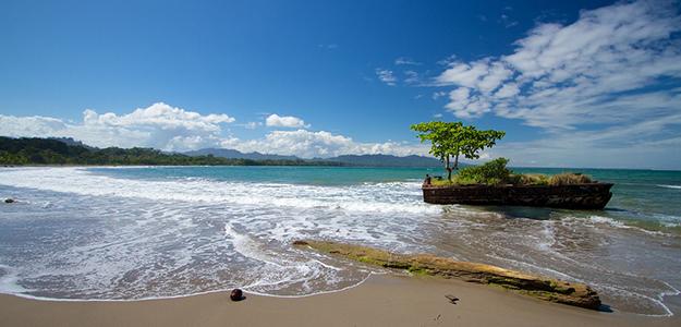 Imagen de una playa, se muestra el mar en calma